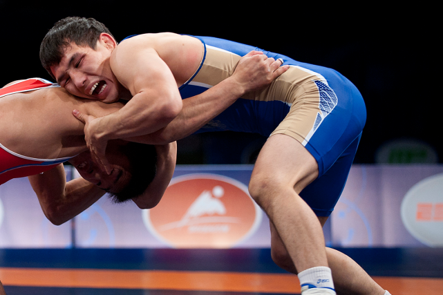 Le lutteur russeViktor Lebedev (en bleu)... (Photo Stephen R. Sylvanie, archives USA Today)