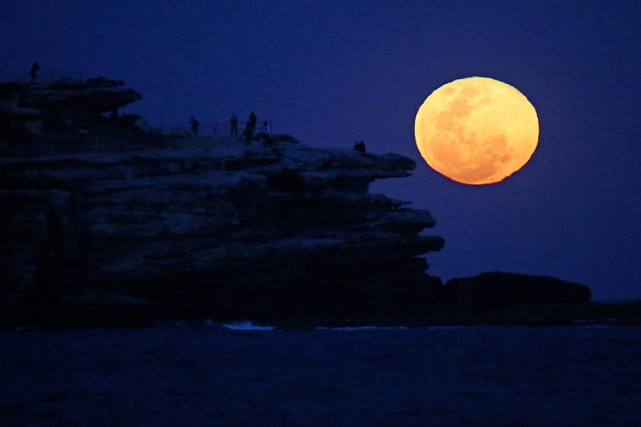 La lune se lève à Bondi Beach, à Sydney,... (Photo Rick Rycroft, archives AP)
