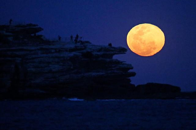 La lune se lève àBondi Beach, à Sydney,... (Photo Rick Rycroft, archives AP)