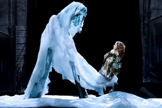 L'année dernière, l'interprète deMurmures des murs, Aurélia Thiérrée,... (R. Haughton)