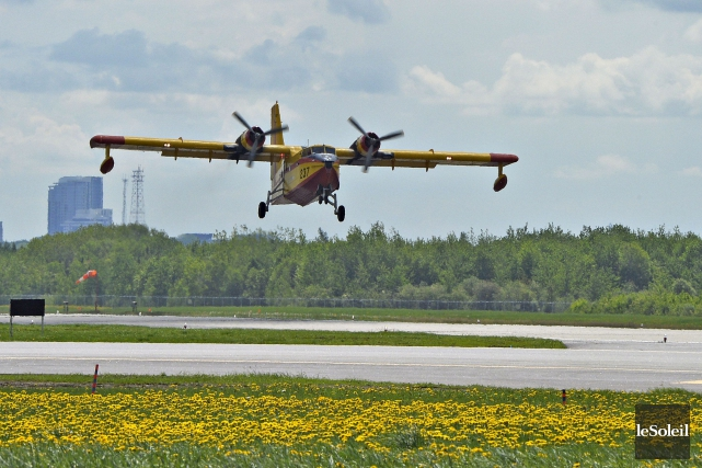 Un des avions-citernes de la SOPFEU à l'aéroport... (Le Soleil, Pascal Ratthé)