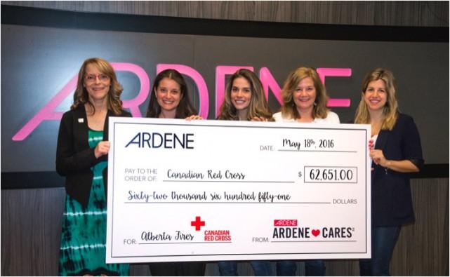 Des membres de l'équipe d'Ardène donnent un chèque...