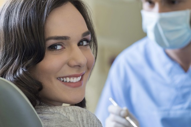 Au Canada, le traitement de blanchiment des dents... (123rf,rido)