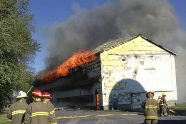 Les flammes ont complètement ravagé un poulailler du... (Tirée de Facebook)