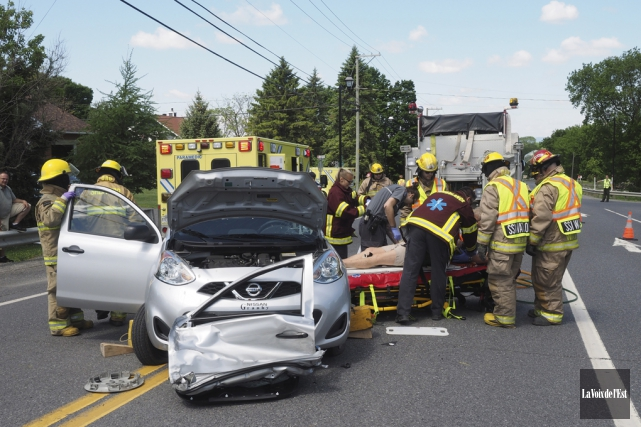 Une conductrice a été blessée dans une violente... (Alain Dion, La Voix de l'Est)