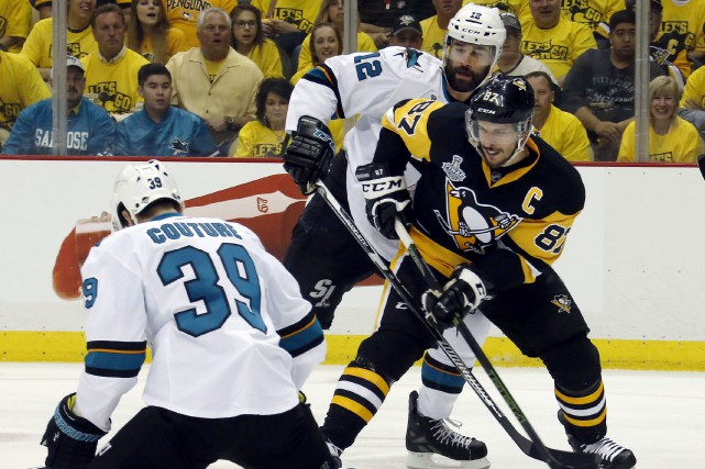 Le capitaine des Penguins, Sidney Crosby, a disputé... (AP, Keith Srakocic)