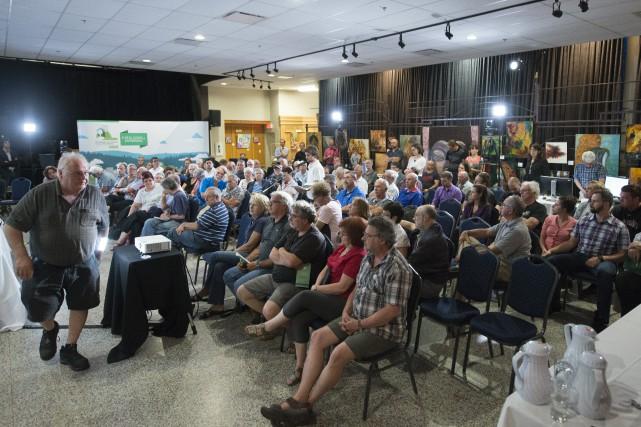 Une centaine de citoyens étaient présents à la... (Spectre Média, Julien Chamberland)