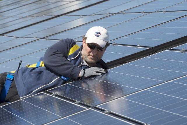 Installer des panneaux solaires sur les toits des... (PHOTO Frank Gunn, ARCHIVES PC)