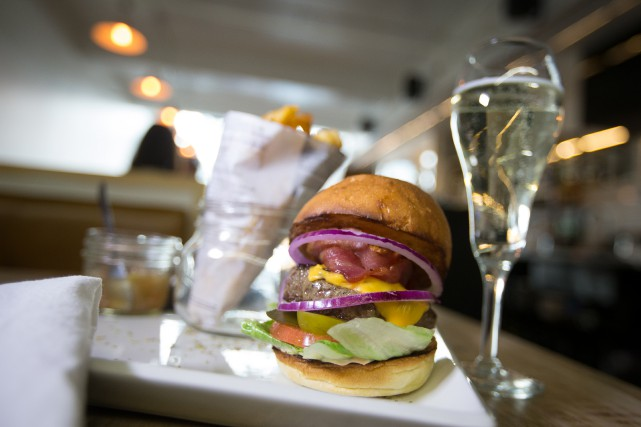 Le burger classique du 155 Fahrenheit... (Photo IVANOH DEMERS, LA PRESSE)