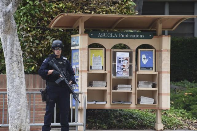 Les policiers ont bouclé le campusde l'Université de... (Agence France-Presse, Robyn Beck)