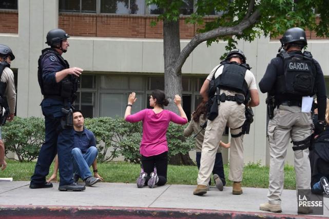 Des policiers du LAPD inspectent le bâtiment d'ingénierie... (PHOTO AFP)