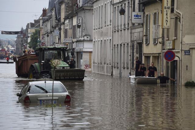 Des sauveteurs se tiennent dans un bateau dans... (AFP, Dominique Faget)