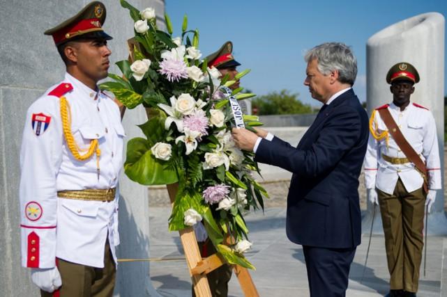 Didier Reynders dépose une gerbe de fleurs à... (PHOTO REUTERS)