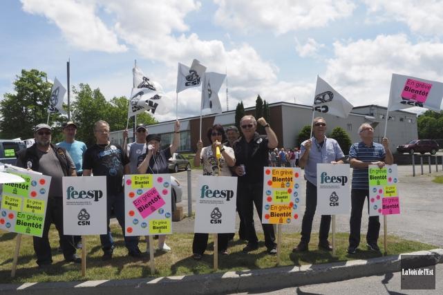 Une trentaine de chauffeurs d'autobus ont manifesté devant... (Alain Dion, La Voix de l'Est)