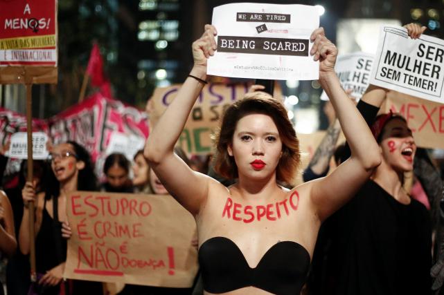 Une femme manifeste contre le viol collectif d'une... (AFP, Miguel Schincariol)