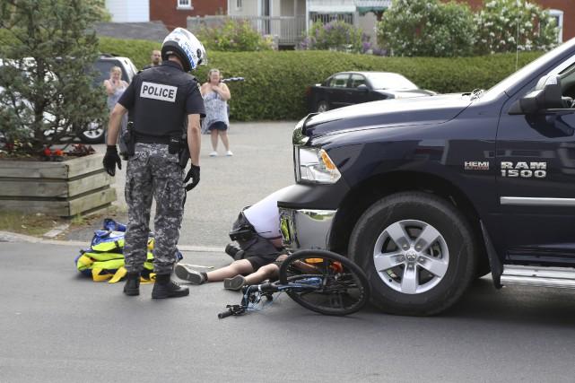 Un cycliste a subi de graves blessures lorsqu'il... (Photo Janick Marois)