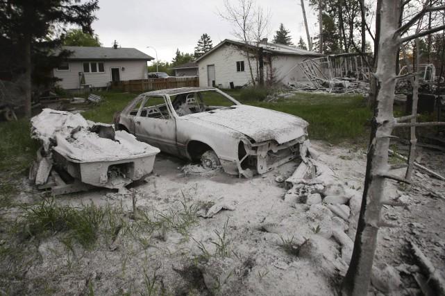 Les traces de l'incendie sont bien visibles derrière... (AFP, Cole Burston)
