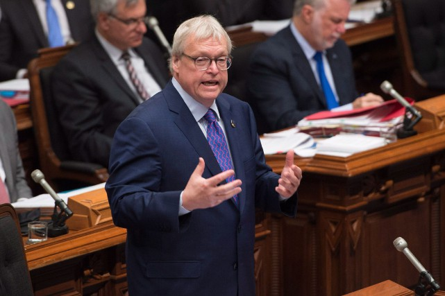 Le ministre de la Santé Gaétan Barrette constate... (Photo Jacques Boissinot, La Presse Canadienne)