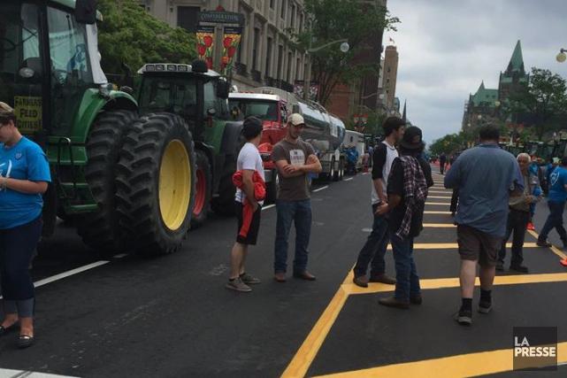 Une forte délégation de producteurs de lait estriens a pris le chemin d'Ottawa,... (Photo tirée de Facebook)