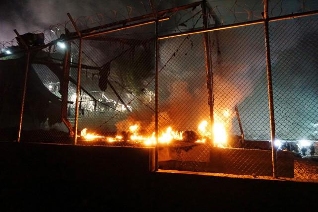 Des tentes ont été incendiées lors de tensions... (PHOTO AFP)