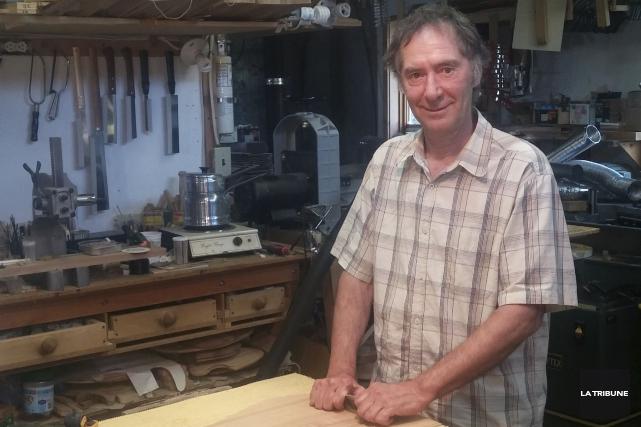 Marc Saumier fabrique des guitares depuis une vingtaine... (La Tribune, Vincent Lambert)