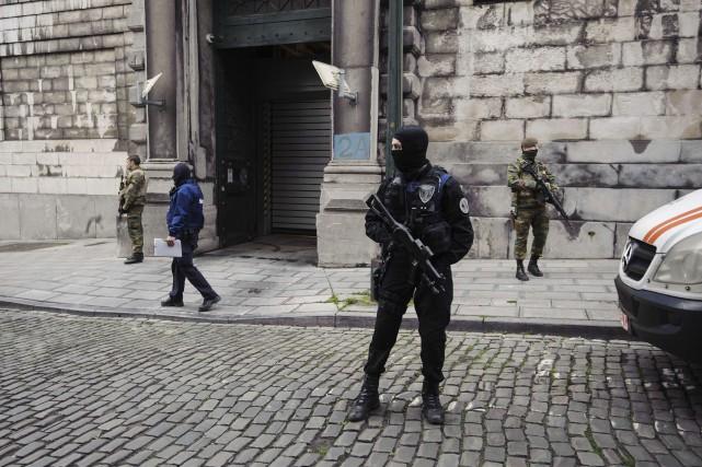 Des policiers belges montent la garde devant la... (PHOTO ARCHIVES AFP)