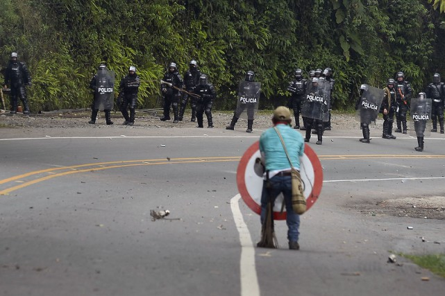 Deux indigènes sont morts et plusieurs dizaines de personnes ont été blessées... (PHOTO LUIS ROBAYO, AFP)