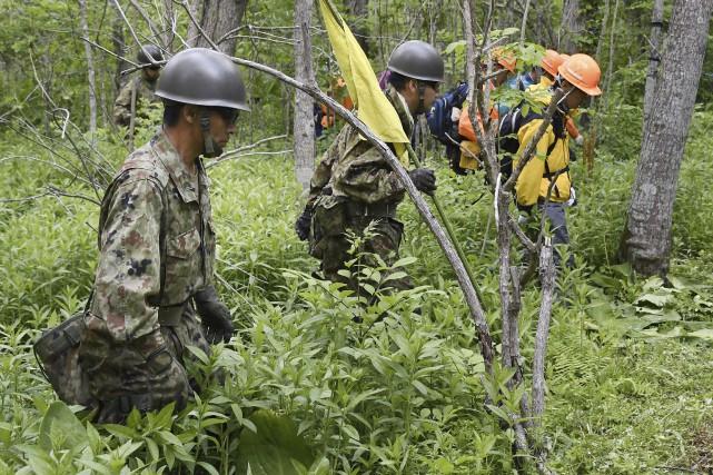Quelque 200 soldats, pompiers, policiers et bénévoles avaient... (AP, Daisuke Suzuki)