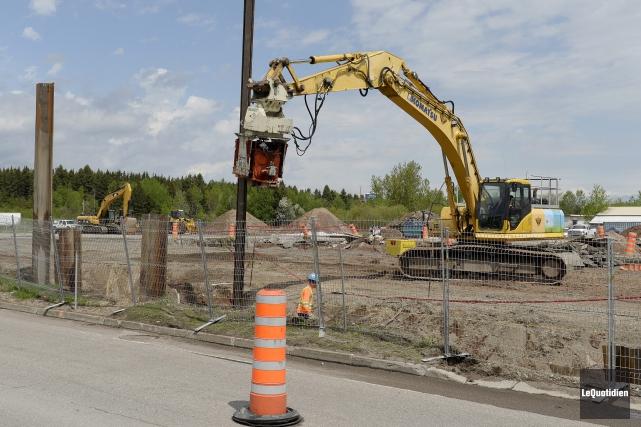 Des travaux de terrassement sont effectués à l'intersection... (Photo Le Quotidien, Jeannot Lévesque)