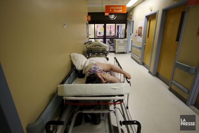 Les patients devant être hospitalisés après un séjour sur civière dans une... (Martin Chamberland, Archives La Presse)