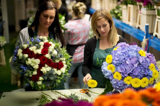 Des fleuristes de Londres créent des bouquets en... (AP, Matt Dunham)