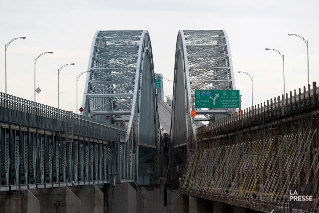 Les travaux sur le pont Mercierpourraient être reportés... (PHOTO BERNARD BRAULT, ARCHIVES LA PRESSE)