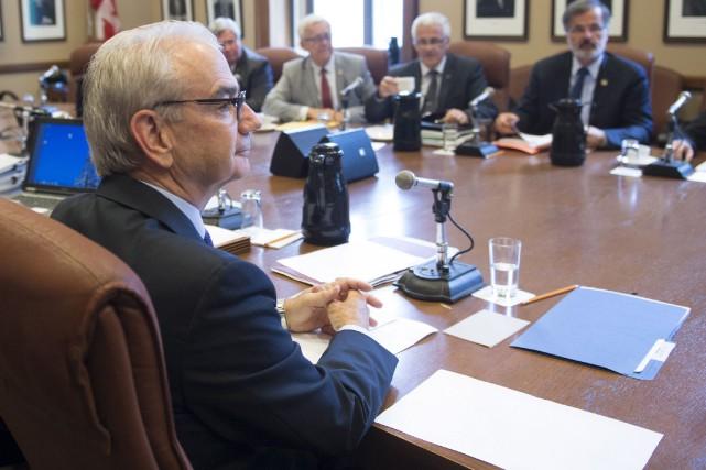 Robert Lafrenière, à gauche, comparait derrière des portes... (La Presse Canadienne, Jacques Boissinot)
