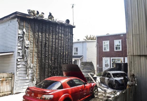 Un incendie qui aurait pris naissance dans un véhicule s'est propagé à deux... (François Gervais, Le Nouvelliste)