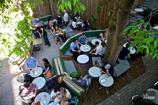 Souvent bondée, la terrasse du Benelux peut accueillir... (PHOTO ANDRÉ PICHETTE, LA PRESSE)