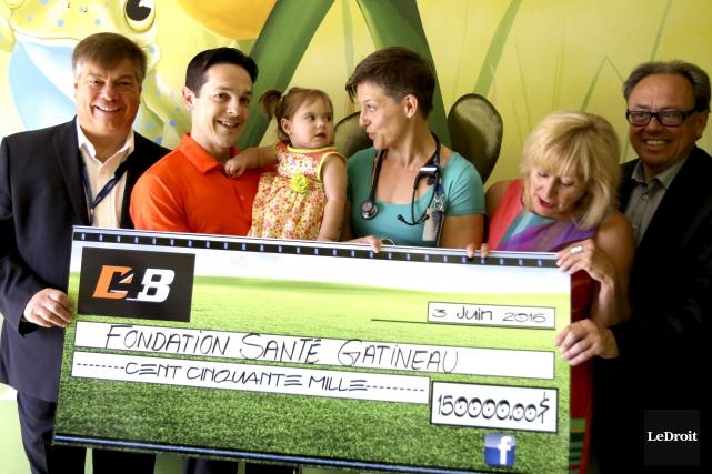 Daniel Brière a remis 150000$vendredià la Fondation Santé... (Patrick Woodbury, LeDroit)