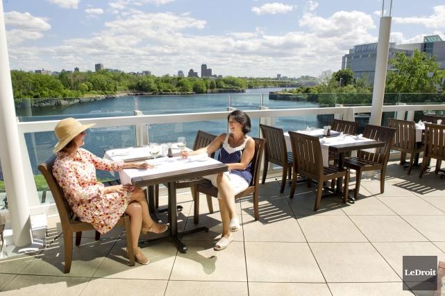 La terrasse du restaurant L'Arôme, au Casino du... (Martin Roy, LeDroit)
