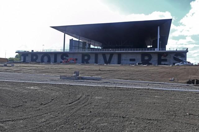 L'installation des lettres géantes à l'Amphithéâtre Cogeco est... (Stéphane Lessard)