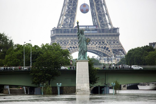 À Paris, les eaux brunâtres de la Seine... (Photo Jerome Delay, AP)