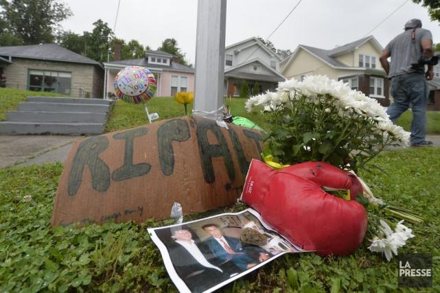 Un mémorial a été installé en face de... (PHOTO TIMOTHY D. EASLEY, AP)