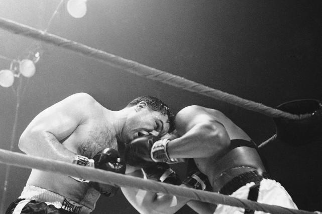 George Chuvalo (à gauche) contre Muhammad Ali, lors... (La Presse Canadienne, Archives)