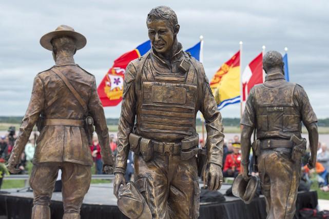 Le monument est composé de trois statues en... (Photo Andrew Vaughan, La Presse Canadienne)