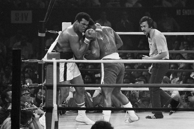 Muhammad Ali (à gauche) a remporté son combat... (Associated Press, achives Mitsunori Chigita)