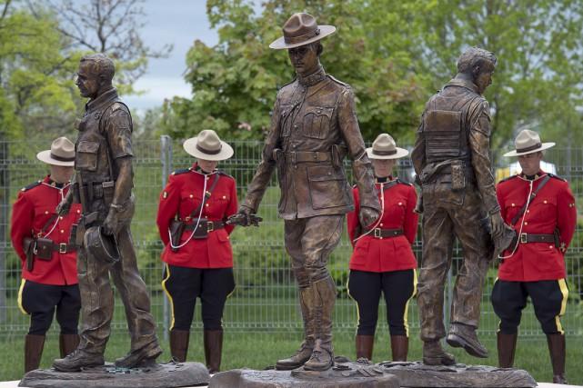 Morgan MacDonald, l'artiste terre-neuvien ayant créé le monument,... (La Presse Canadienne)