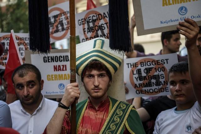 Des nationalistes turcs manifestent devant l'ambassade allemande, après... (Agence France-Presse)