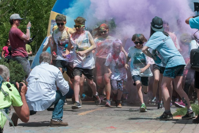 Les participants à la Course des couleurs Saguenay... (Photo Le Progrès-dimanche, Michel Tremblay)