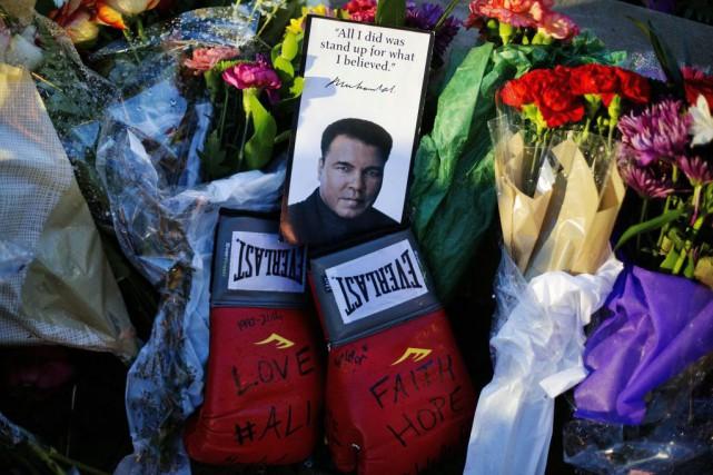 Des gants de boxe et une photo de... (PHOTO DAVID GOLDMAN, AP)