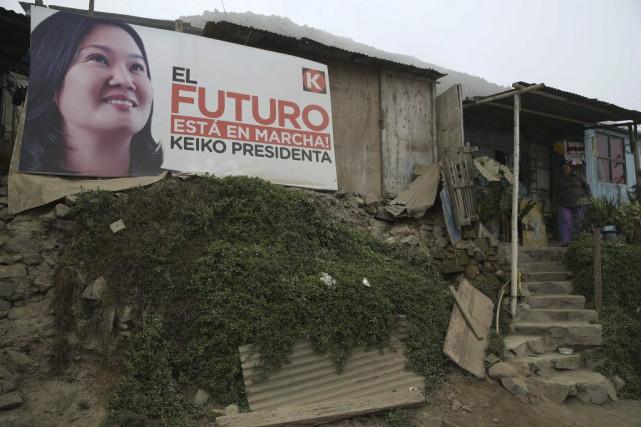 Candidate pour le parti Fuerza Popular (droite), Keiko... (PHOTO MARTIN MEJIA, AP)