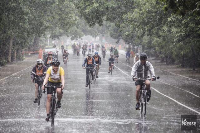 Quelque 20 000 courageux ont enfourché leur bicyclette malgré la pluie pour se... (PHOTO OLIVIER PONTBRIAND, LA PRESSE)