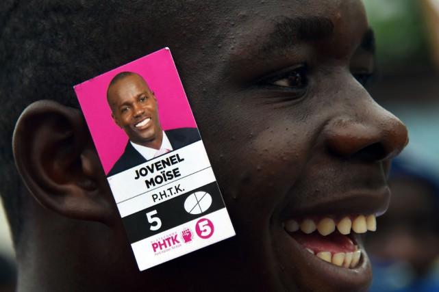 Un partisan du candidat Jovenel Moïse a pris... (PHOTO HECTOR RETAMAL, ARCHIVES AFP)